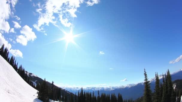 Ski lift cavalcare clip passando alberi con mountainside