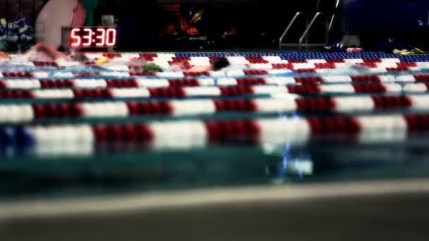 Selektivní pozornost záběr lidí plavání kola