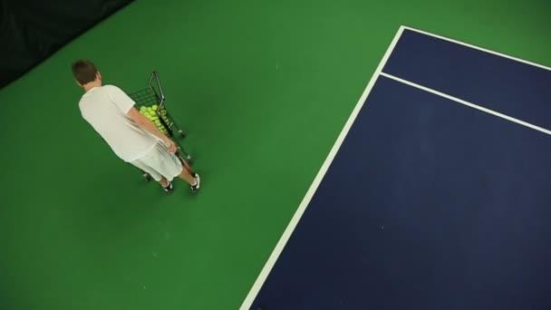Fiatal férfi tenisz tudását gyakorló