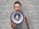 Fotografie Muž křičí s megafon