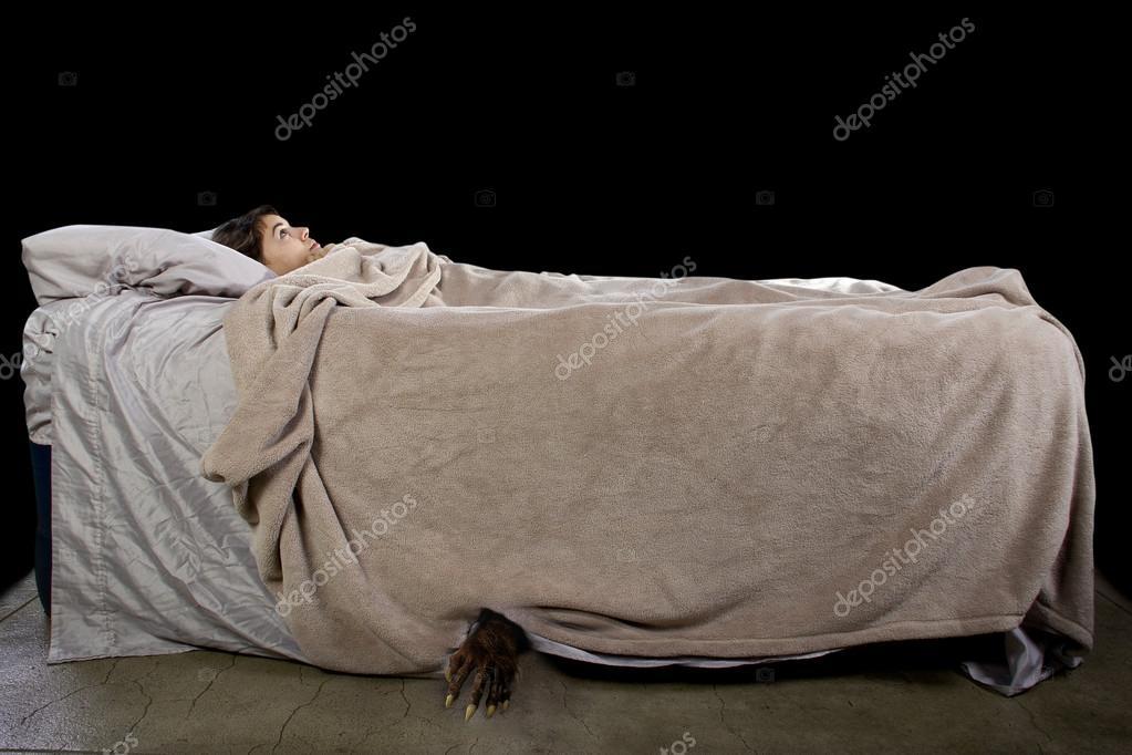 Potwór Wychodzi Spod łóżka Dziewczyn Zdjęcie Stockowe