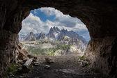 Panorama z umělé jeskyně, Dolomity, Itálie.
