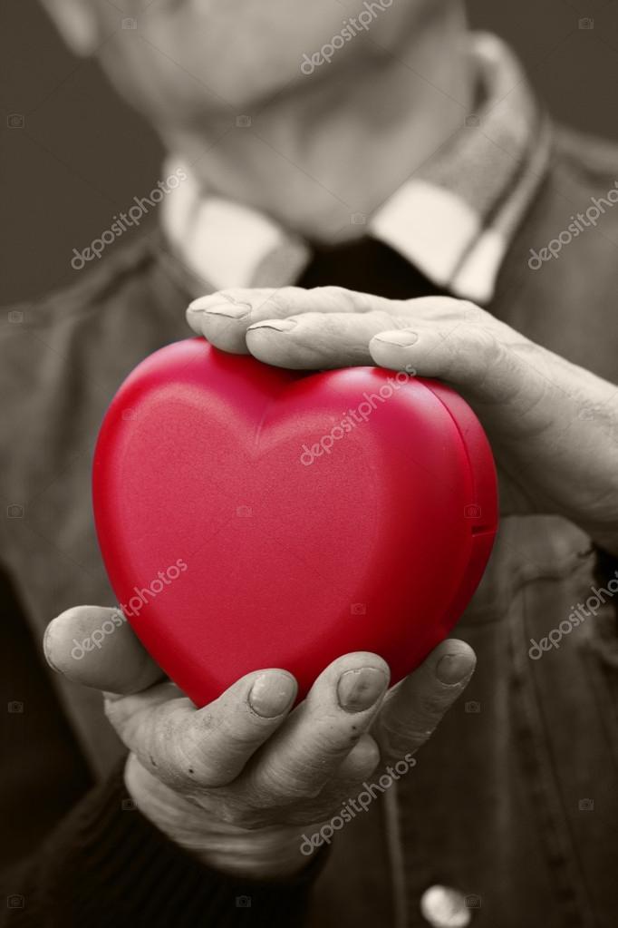 manos a senior, el anciano hombre cartera rojo corazón — Fotos de ...