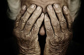 Fotografia closeup ritratto depresso anziana che copre il viso con la mano