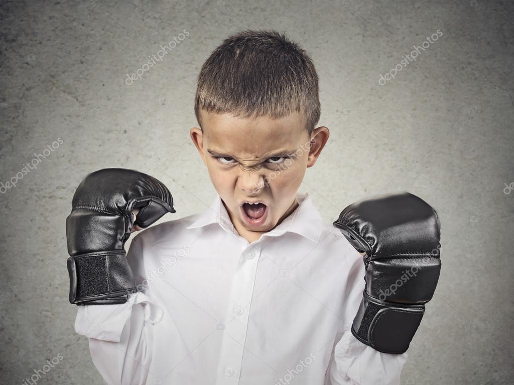 Niño Enojado Con Guantes De Boxeo