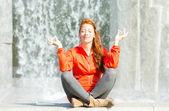 Stadtfrau meditiert im Stadtpark