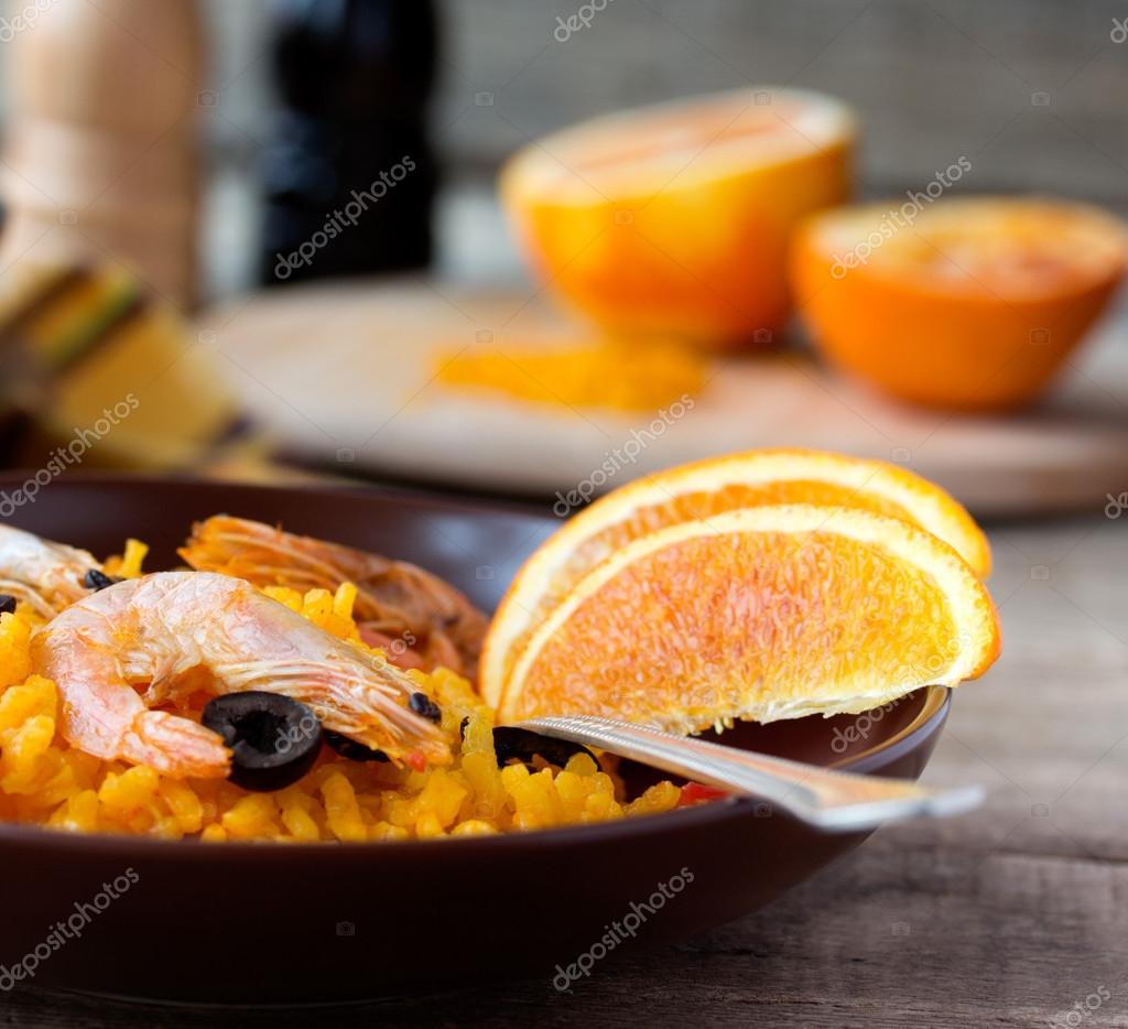 Paella Spagnola Di Pesce Di Tradizione Nel Piatto In Ceramica Foto