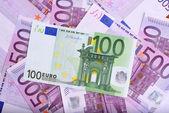 100 a 500 euro bankovky na stůl