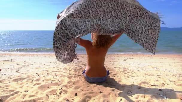 nő pihentető a strandon