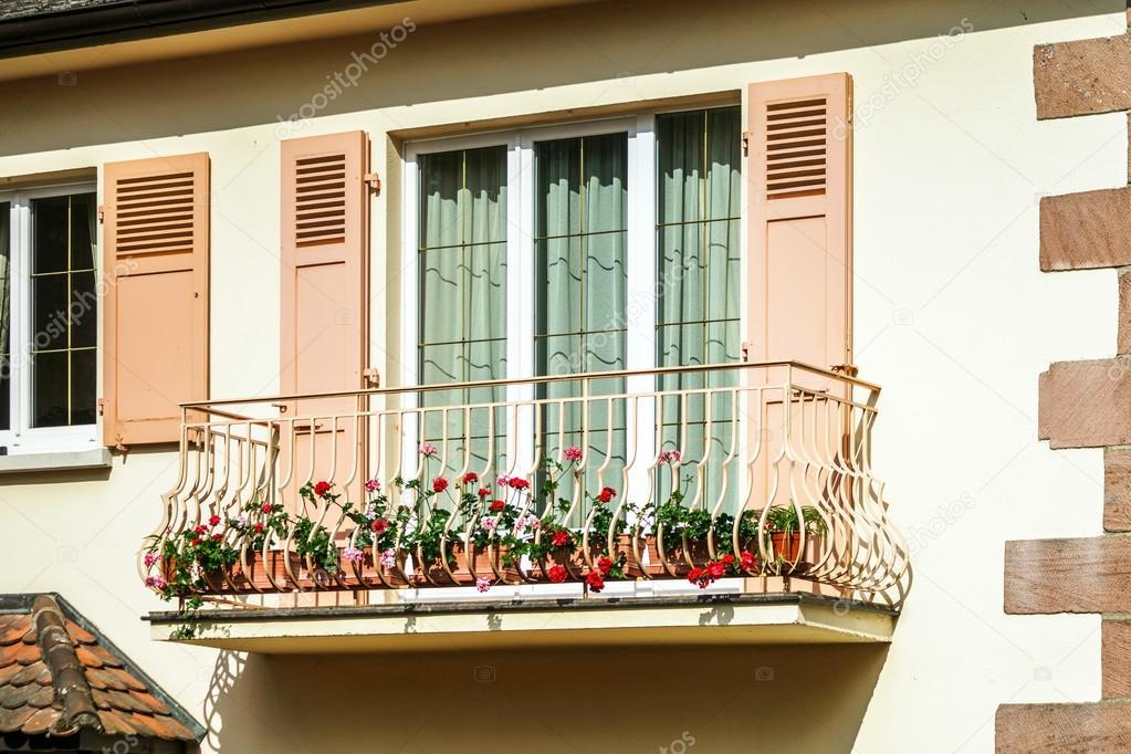 Gerenoveerde pvc ramen in oud huis u stockfoto sorokopud