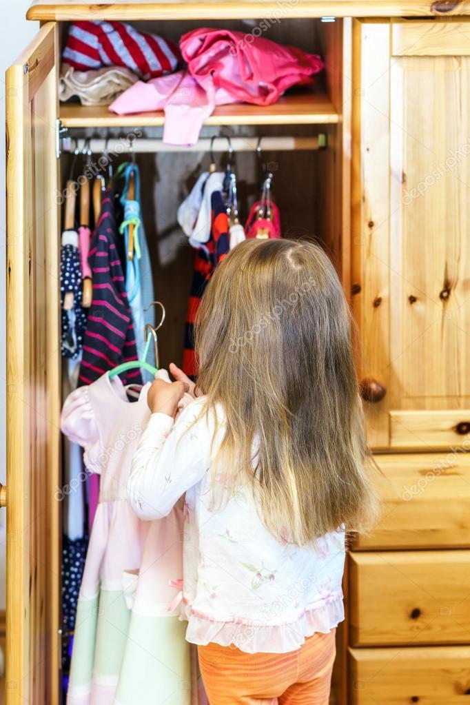 Niedliche Kleine Mädchen Kleider Aufhängen Stockfoto Sorokopud