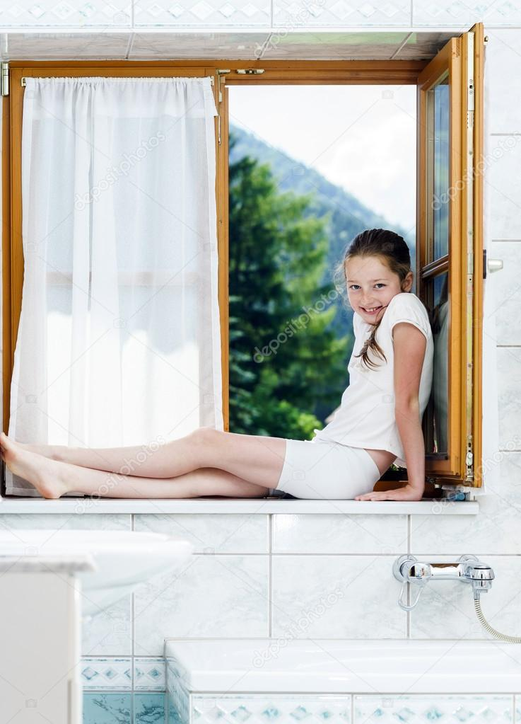 Teenager-Mädchen sitzen auf Badezimmer-Fenster — Stockfoto ...