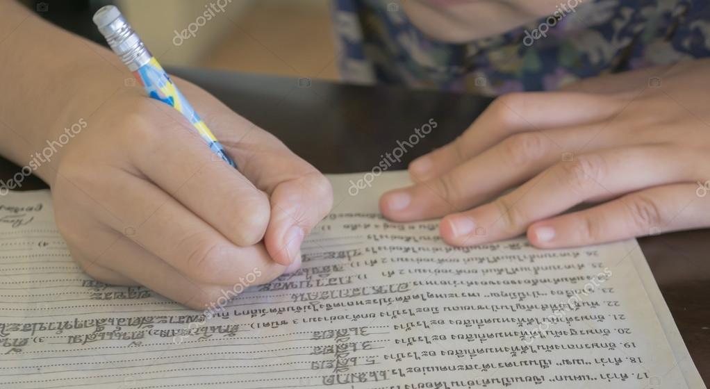 Jovens crianças asiáticas escrevendo cartas — Fotografia de Stock