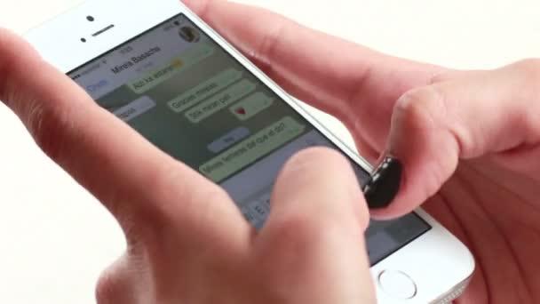 podnikatelka smartphone messaging 02
