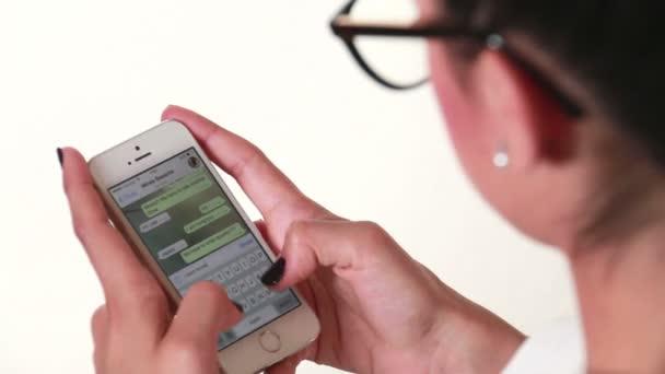 podnikatelka smartphone messaging 03