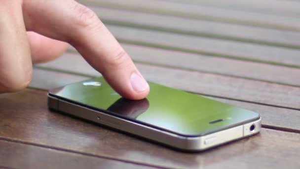 muž pomocí smartphone 02