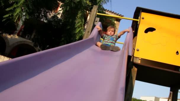 baby peuter in de park schuifregelaar 01