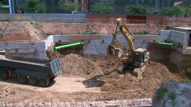 práce 01 buldozer plnění sklápěč