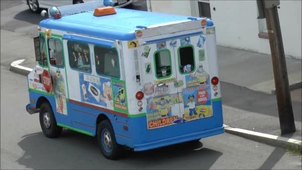 ice cream truck píseňsoru işareti ve konuşma balonları. Kırmızı boyutlu soru işareti kabarcıklar için herhangi bir metin ile. vektör