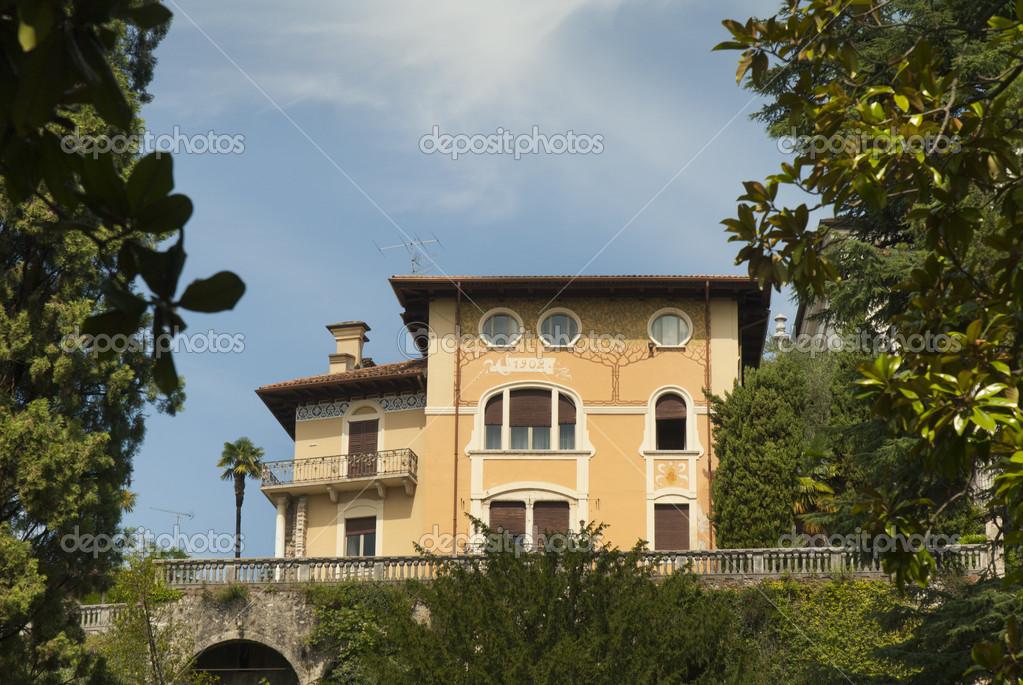 Bella art nouveau villa a gardone riviera sul lago di for Piani di casa sul lago per lotti ripidi