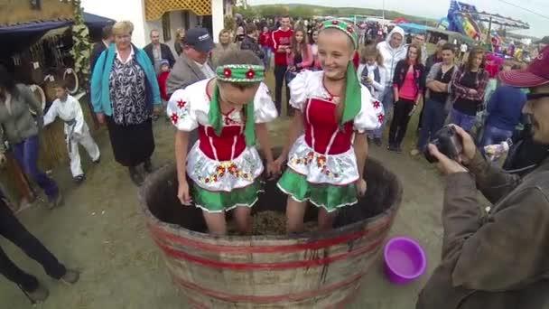 lányok stomping szőlő