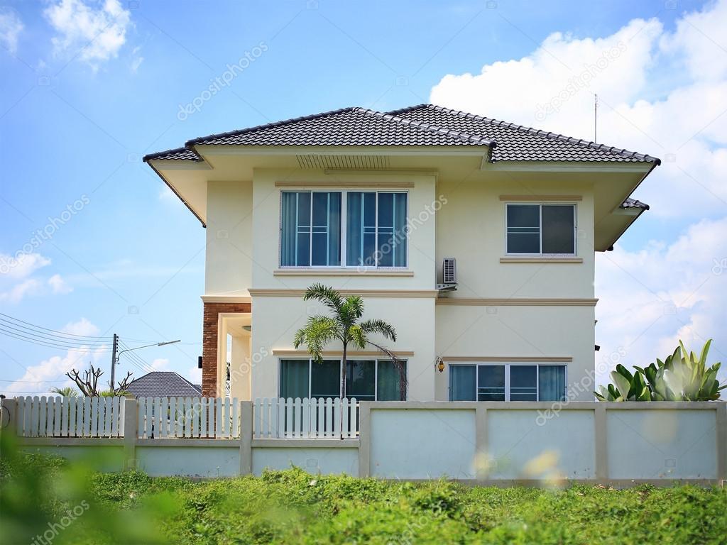 großes Haus modernen Stil mit blauer Himmel Hintergrund — Stockfoto ...