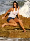 professionelles Modell vansessa wolfson wet jeans tee shirt contest top atemberaubend brustwarzen schlank stundenlang glas form natürlich frech aussehen echt suggestiv provokant schönheit tief dekolleté hübsch brünett sitzend posierend rock strand sand meer wellen eng abs