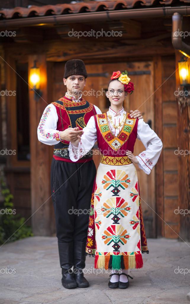 Jeune cuple habillé en costume traditionnel de bulgare \u2014 Photo