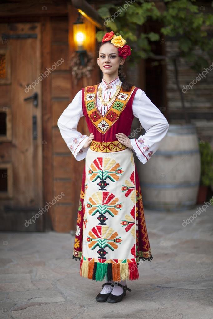 Jeune et belle femme vêtue d antiques traditionnelles bulgares brodées à la  main des costumes folkloriques. guirlande de roses — Image de eldibor c71d7cfb253
