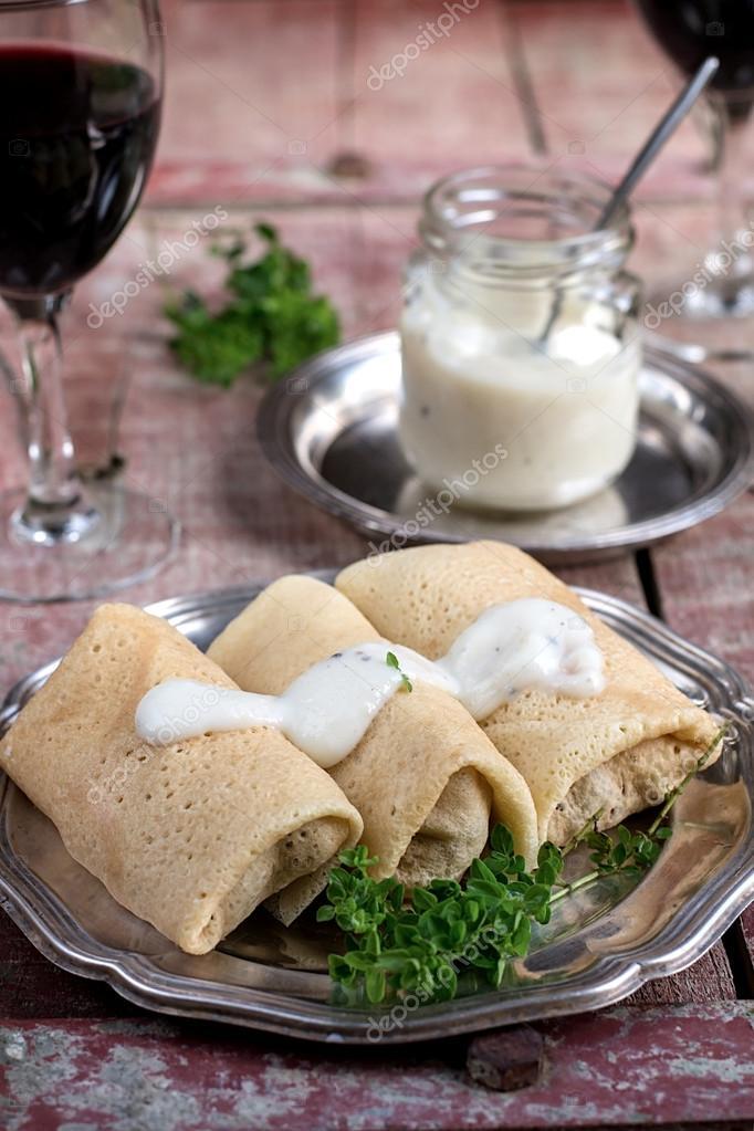 Блинчики с курицей, грибами и сыром в соусе бешамель.
