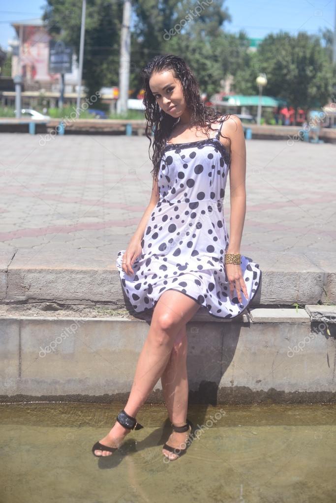 Женщины мокрой одежде картинки фото 743-478
