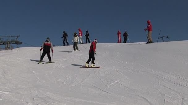 Sestup lyžaři v horách