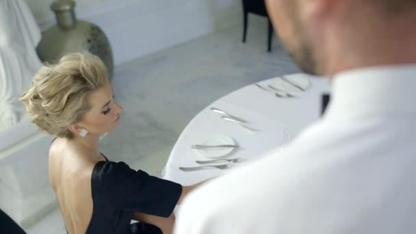 krásná blonďatá žena dělat objednávky v luxusní restauraci