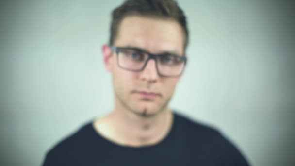 Detailní záběr hezký mužský obličej, sundala brýle nad bílým pozadím