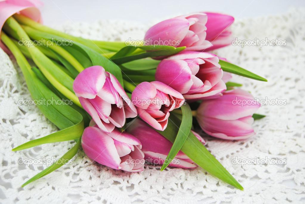 Close Up Van Bos Van Roze Tulpen Op Een Witte Haak Kleedje In