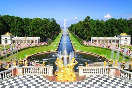 Photo pour Grande cascade à Pertergof. Saint-Pétersbourg, Russie . - image libre de droit