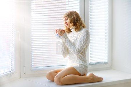 Photo pour Belle jeune fille avec une tasse de thé - image libre de droit