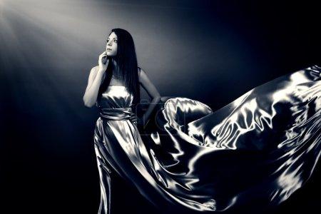 Photo pour Belle fille en robe longue sur fond noir - image libre de droit