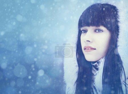Foto de Chica de invierno. retrato femenino belleza con espacio de copia - Imagen libre de derechos