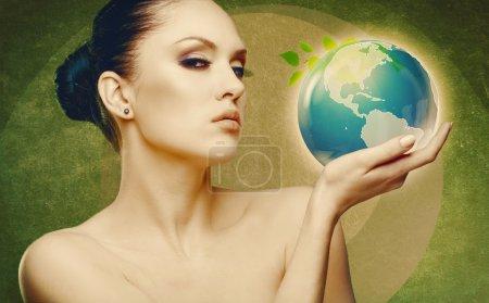 Photo pour Concept de protection de la Terre et de l'environnement. Portrait abstrait féminin - image libre de droit