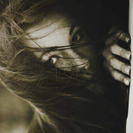 La tristesse. Portrait féminin monochrome