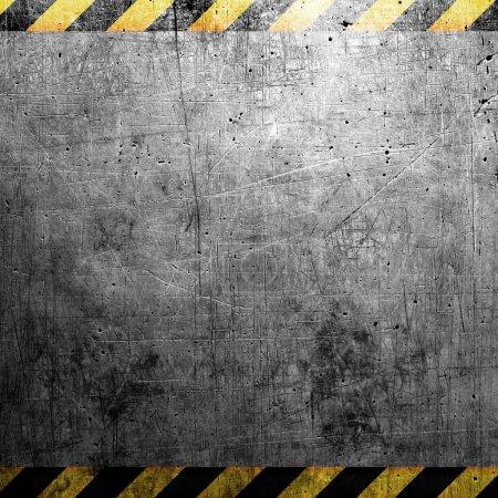 Photo pour Plaque d'acier grunge industrielle avec bande noire et jaune - image libre de droit