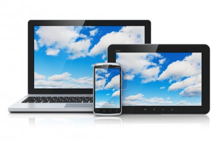 Photo pour Concept de service de technologie de cloud computing : ordinateur portable ou portable de bureau, tablette PC et smartphone moderne à écran tactile noir brillant avec ciel bleu et nuages sur écran isolé sur fond blanc avec effet de réflexion - image libre de droit