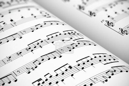 Photo pour Fond de concept musical : vue de la macro de blanc partition partition de musique avec des notes à compter de la mise au point sélective - image libre de droit