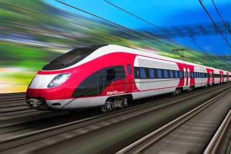 Photo pour Voyages ferroviaires et tourisme ferroviaire concept industriel de transport : vue panoramique estivale du train de voyageurs à grande vitesse sur les voies ferrées avec effet flou du mouvement - image libre de droit