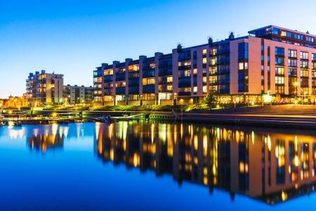 Photo pour Bâtiment de maisons et concept de construction de la ville : vue urbaine en plein air du soir des maisons immobilières modernes - image libre de droit