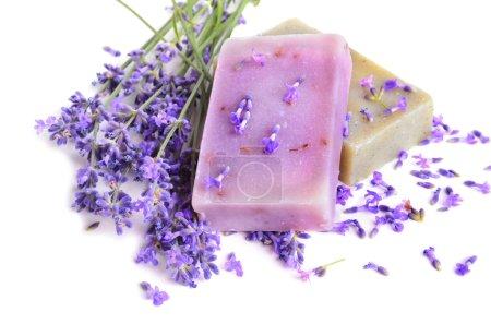 Photo pour Fleurs de lavande et savons naturels pour les soins du corps sur fond blanc - image libre de droit