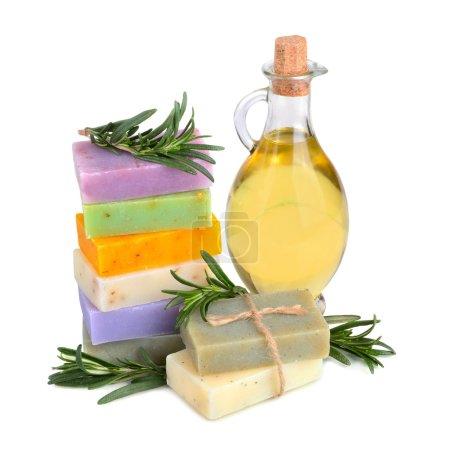 Photo pour Savons à base de plantes à la main avec les brindilles de romarin et huile de massage sur fond blanc - image libre de droit