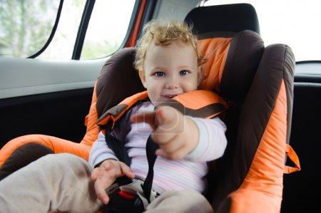 Photo pour Bébé mignon bénéficiant d'un road trip dans un siège d'auto de bébé - image libre de droit