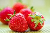 šťavnaté zralé jahody v košíku